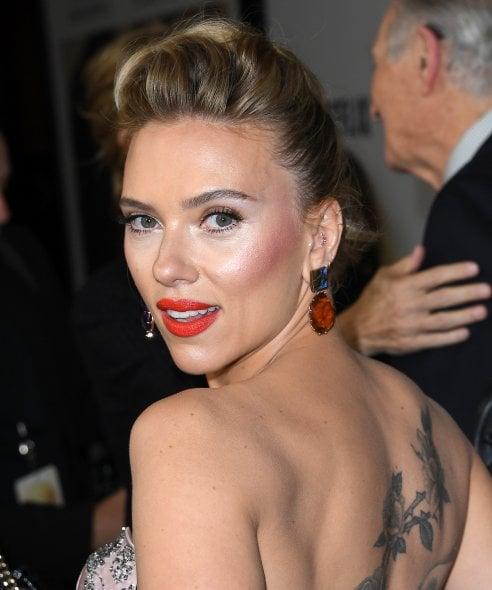 Scarlett Johansson compie 35 anni: i suoi look ieri e oggi