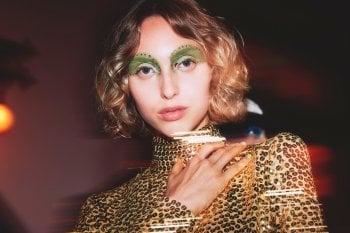 Glitter, strass, eyeliner grafici e ombretti fluo: il trucco autunnale si ispira a Euphoria