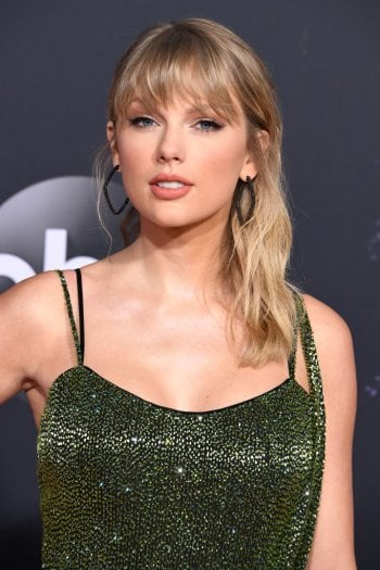 Taylor Swift sulla cover di Vogue UK con una giacca vintage di Chanel: la moda di qualità è duratura (e più sostenibile)