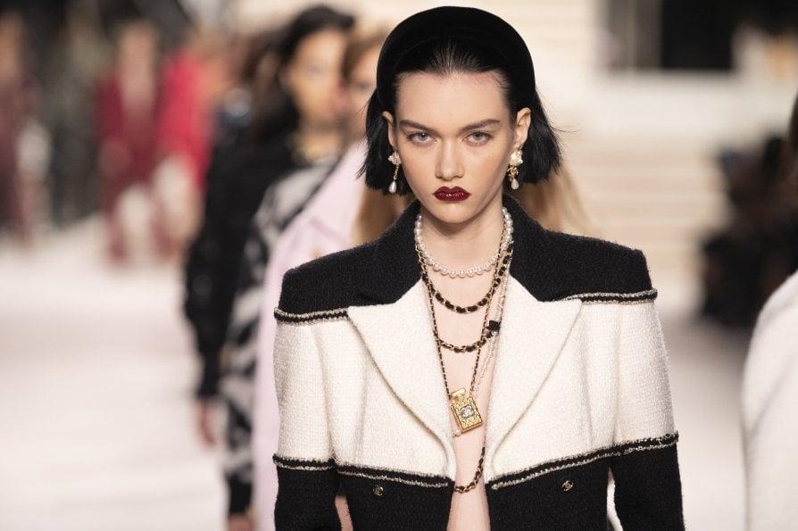 Chanel Métiers d'Art: cristalli, bocca rossa e cerchietti. I look perfetti per le feste