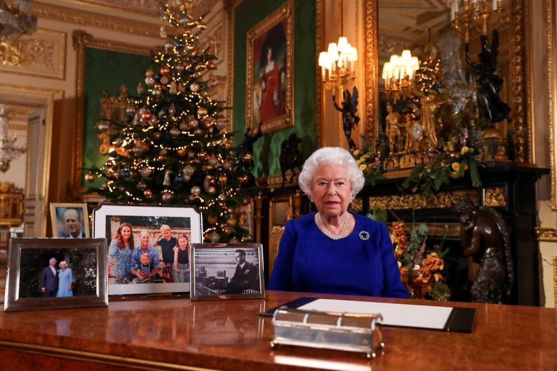 Il discorso di Natale della Regina senza foto di Harry e Meghan. Ma baby Archie si prende la rivincita