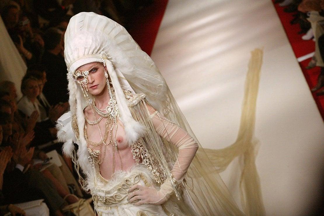 Una modella in passerella per la collezione autunno inverno 2002/2003