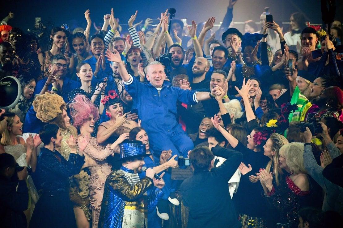 Jean Paul Gaultier travolge Parigi: la sua ultima sfilata è un trionfo
