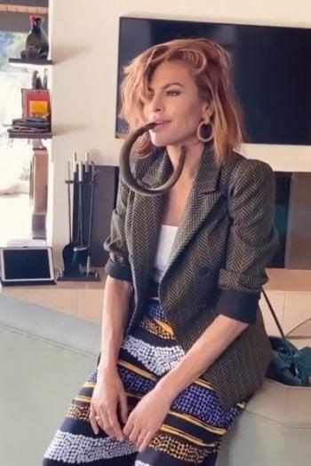 Eva Mendes con un nuovo taglio di capelli su Instagram. E alla fan risponde: ''Grazie a Dio sto invecchiando''