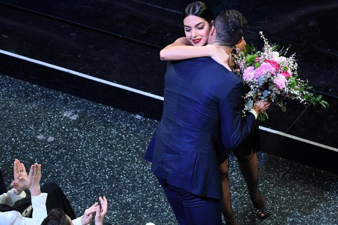 Georgina Rodriguez abbraccia il marito Ronaldo dopo la performance