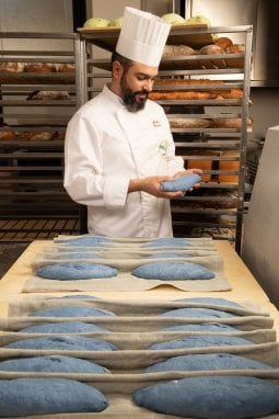 Per le sfilate di Milano, il pane ''alla moda'' si tinge del colore Blu Pantone 2020