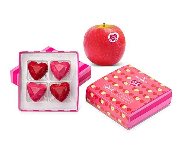 La mela Pink Lady e la pastry star Roberto Rinaldini celebrano San Valentino con Pink Diamond. Quattro cioccolatini a forma di cuore con sfaccettature a diamante in due varianti. All'interno della scatolina, una postcard del food artist Diego Cusano ritrae una coppia su una mongolfiera a forma di mela