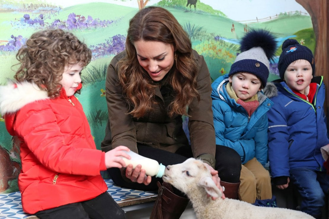 La duchessa di Cambridge con alcuni bambini alla Ark Open Farm di Newtownards