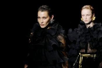 Alberta Ferretti: dal backstage, una lezione di minimalismo