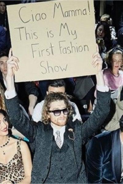 Dude with sign, chi è il ragazzo con il cartello paparazzato da Dolce&Gabbana