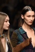 Chignon scultorei e chiome extra-lisce, bocche rosse e pelle clean. A Milano le passerelle dettano i beauty trend dell'autunno e inverno 2020-21