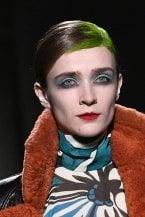 """French girl, colore déco e rosso """"ad alta visibilità"""". La bellezza parigina per l'autunno e inverno 2020-21 è sofisticata e concettuale"""