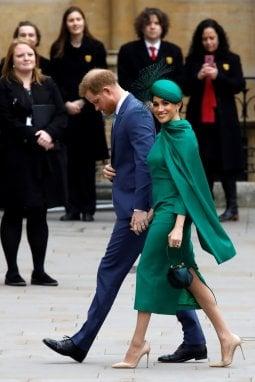 Meghan Markle indossa un abito Emilia Wickstead con cappellino abbinato di William Chambers. La borsa è Gabriella Hearst e le scarpe italiane, Aquazzura