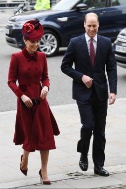 Kate Middleton al suo arrivo con William: indossa un cappotto di Catherine Walker già visto il giorno di Natale del 2018