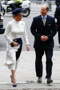 Sophie, contessa di Wessex, con suo marito il principe Edoardo, quartogenito della regina Elisabetta II. La contessa ha riciclato l'abito, come fa Kate Middleton: un modello di Suzannah già indossato a Royal Ascot nel giugno 2019 abbinato a décolleté e clutch