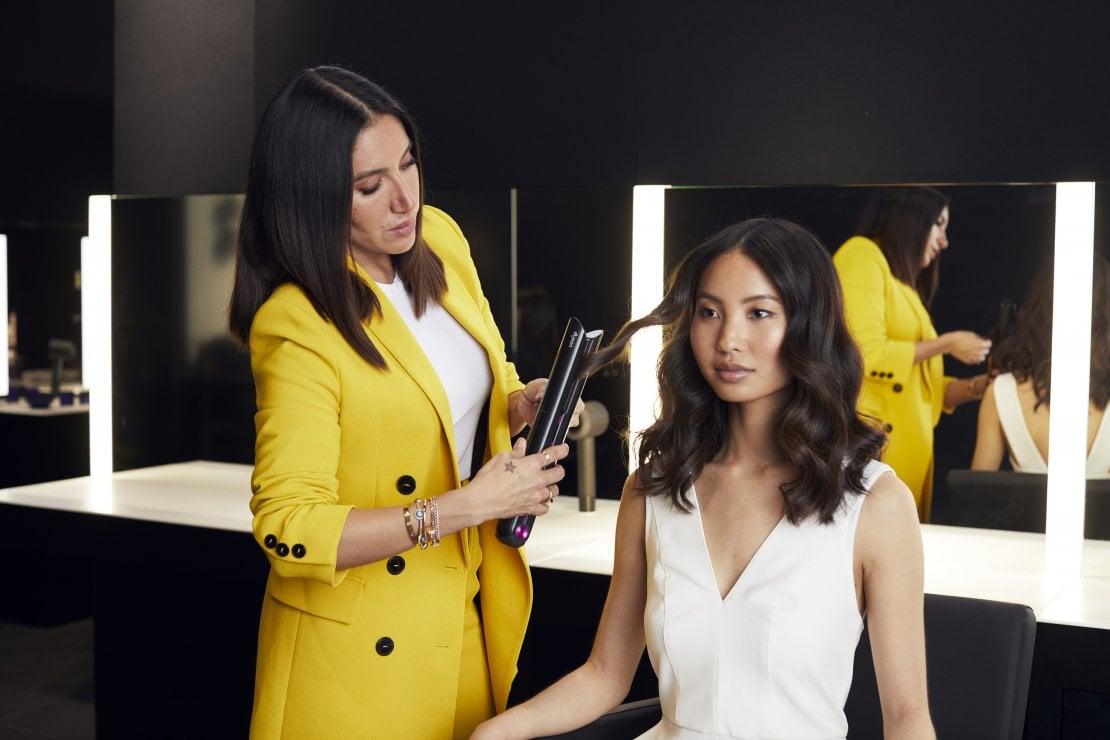 Jen Atkin hair stylist di fama internazionale mostra l'uso della nuova piastra Dyson
