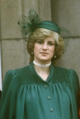 Lady Diana nel 1982, al Trooping the Colour, incinta di William. Meghan si ispira al suo cappellino per la sua ultima apparizione pubblica in veste di senior royal