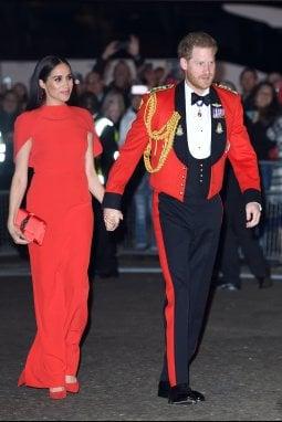Harry veste per l'ultima volta l'uniforme di Capitano Generale dei Royal Marines, Meghan è come in lui in rosso