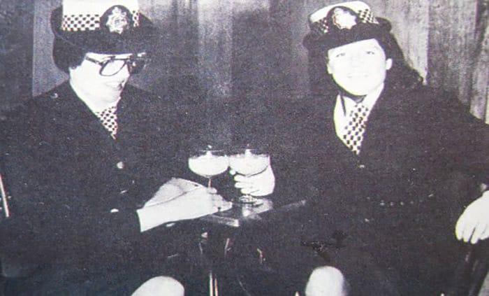 La foto di Lady Diana e Sarah Ferguson vestite da poliziotte, e riprese dai media inglesi, postata su Pinterest da Janie Smith
