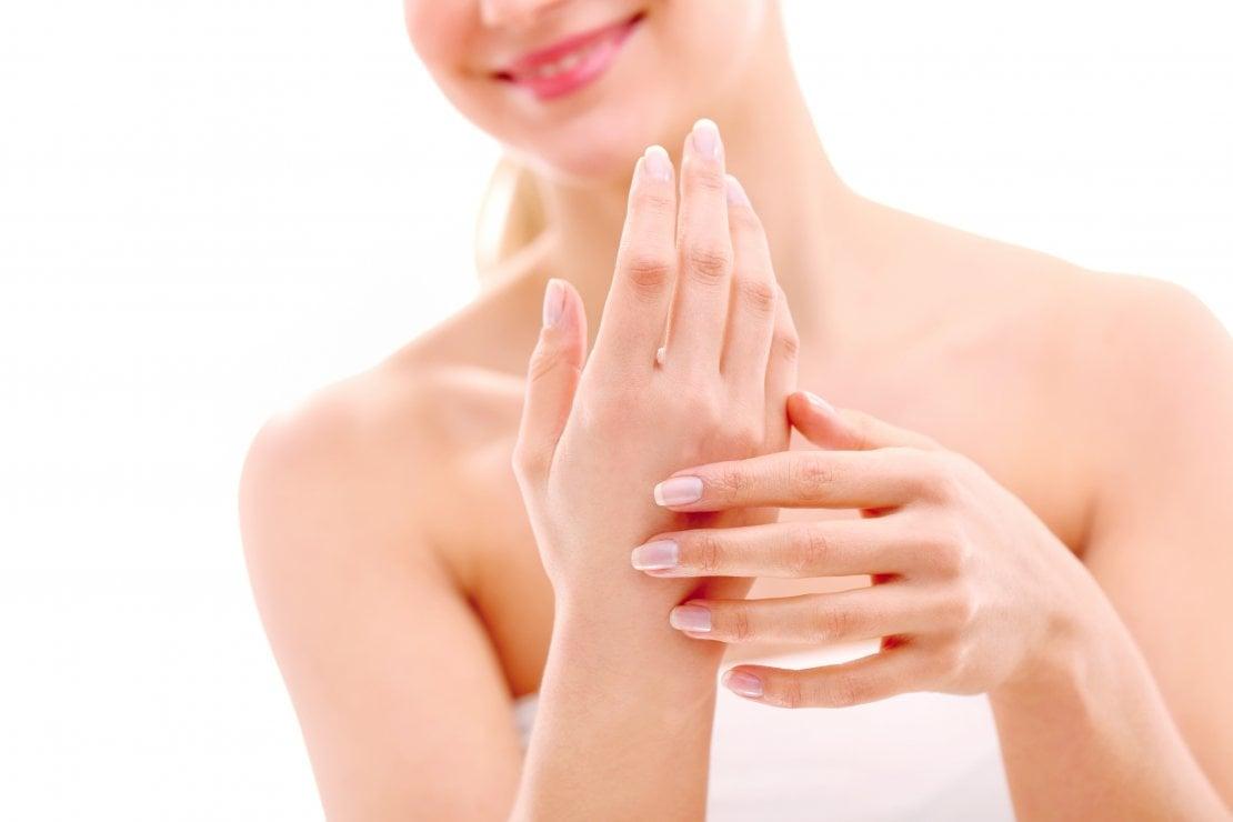 Cosmetici fai da te: la ricetta per realizzare uno scrub sbiancante unghie e cuticole di Carlitadolce