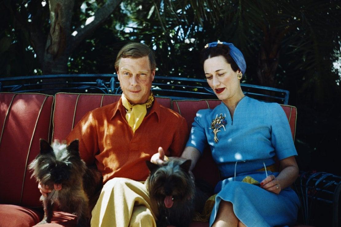 Wallis Simpson ed Edoardo, i Duchi di Windsor, ritratti con i loro cani nel 1941 alle Bahamas, di cui Edoardo fu governatore dal 1940 al 1946
