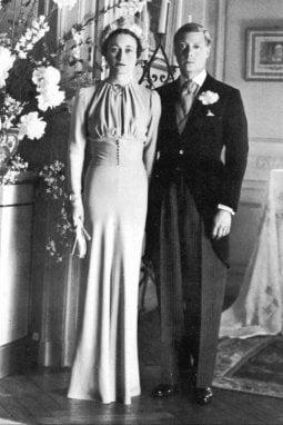 I Duchi di Windsor il giorno del loro matrimonio, il 3 giugno 1937, in Francia. L'abito di Wallis, di Mainbocher, è color