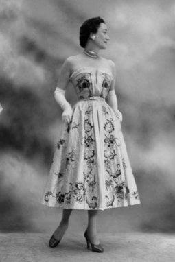 Wallis ritratta per Vogue America da Cecil Beatonnel 1951. L'abito che indossa è di Christian Dior
