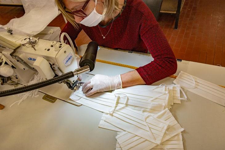 Una sarta al lavoro nello stabilimento Miroglio di Alba riconvertito per la produzione di mascherine protettive