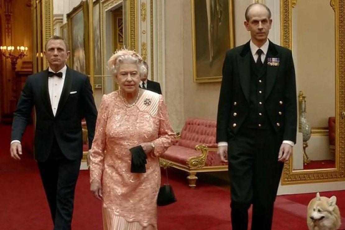 Elisabetta II con Daniel Craig e Paul Whybrew nel video per le Olimpiadi di Londra 2012