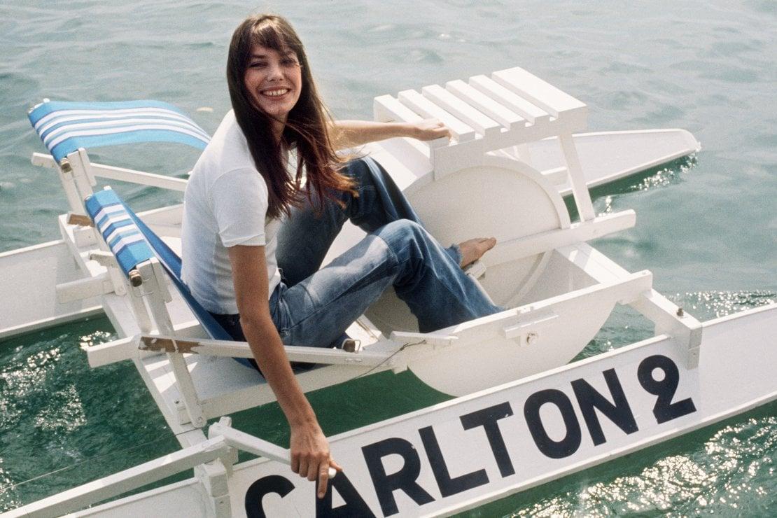 Jane Birkin sul pedalò