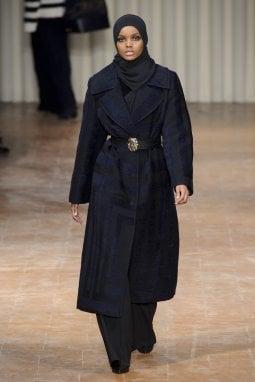 Halima Aden al suo debutto ufficiale sulle passerelle milanesi per Alberta Ferretti nel febbraio 2017