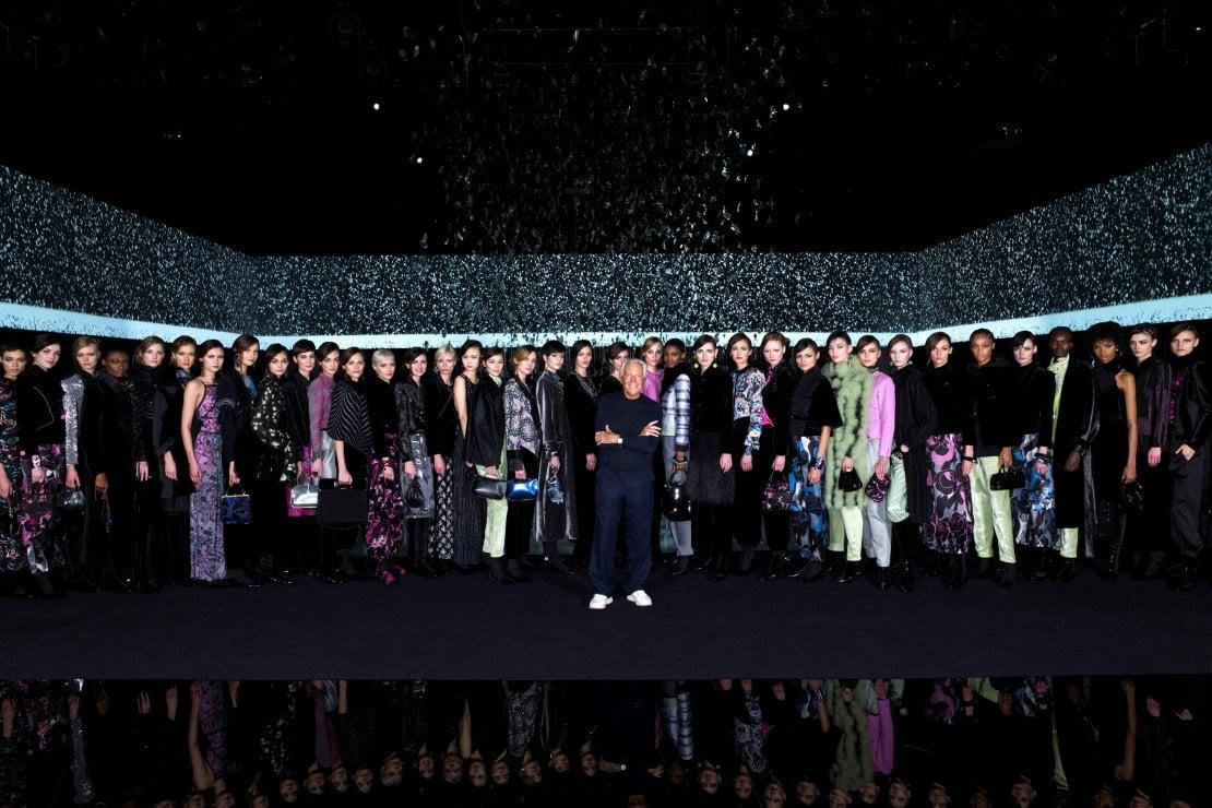 Lo stilista con le sue modelle al termine della sfilata Giorgio Armani a/i 2020, tenutasi lo scorso 23 febbraio a porte chiuse