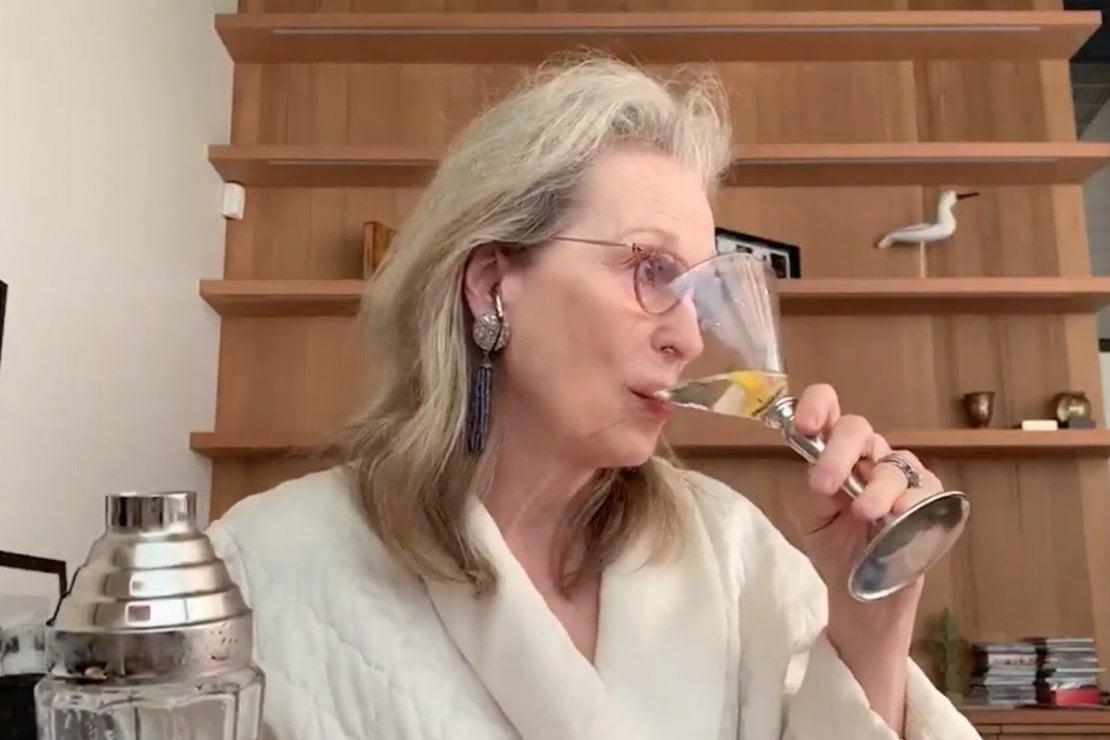 Perché Meryl Streep che beve un Martini in accappatoio su Zoom è tutte noi