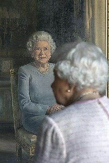 La regina inaugura il ritratto commissionato dalla RAF Regiment a Stuart Brown, 2018