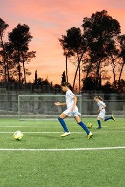 Una partita di calcio femminile organizzata dal Centro Peres per la Pace e l'Innovazione con il supporto di Diadora
