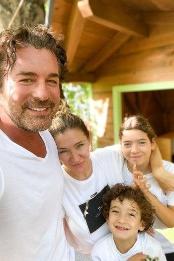 Elisabetta Franchi con il marito Alan Scarpellini e i figli Ginevra e Leone.
