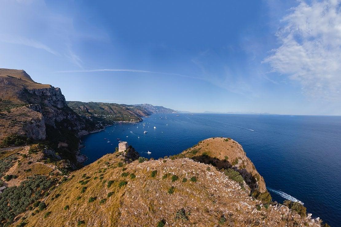 Al sole della Baia di Ieranto, cercando il canto delle Sirene nell'azzurro del mare cristallino