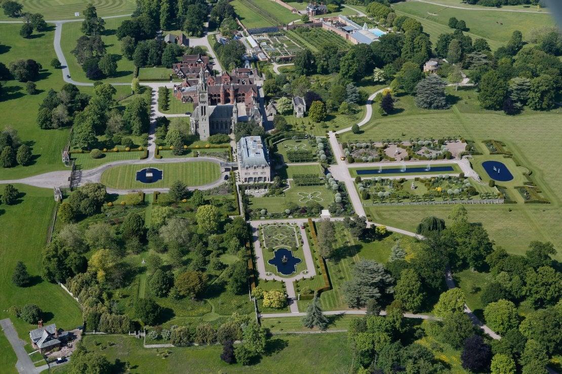 Veduta aerea di Eaton Hall, residenza di famiglia del duca di Westminster nel Cheshire