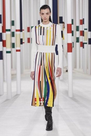 Un look della collezione a/i 2020 di Hermès ispirato agli astucci dei nuovi rossetti, lanciati poco prima del lockdown