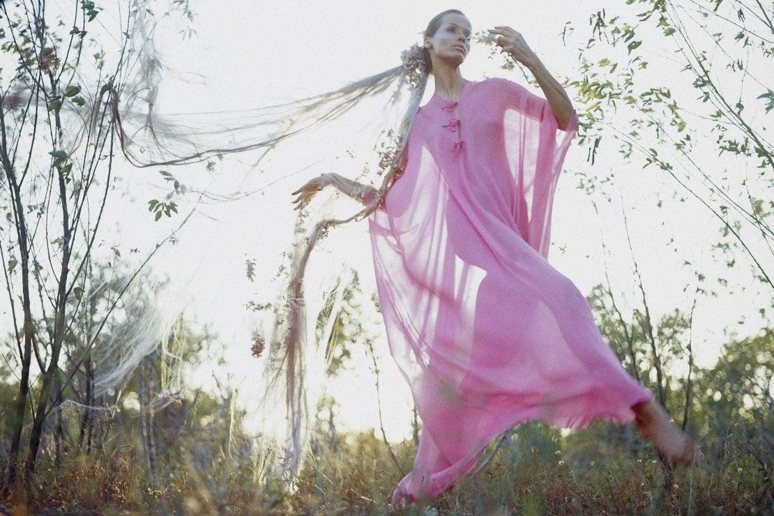 1968. La top model Veruschka in un abito rosa di Arthur Williams
