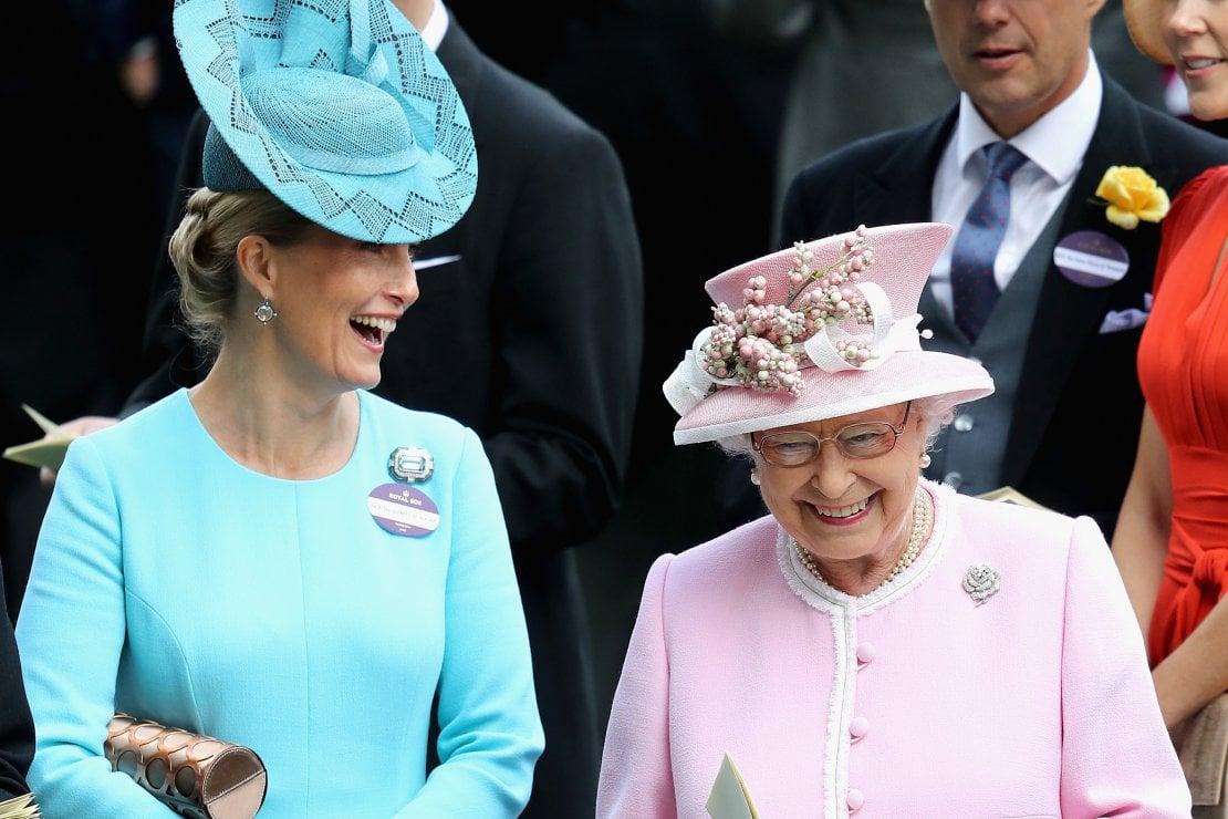 Sua Maestà assieme a Sophie, contessa di Wessex e sua nuora preferita, assistono alle corse dei cavalli durante Royal Ascot