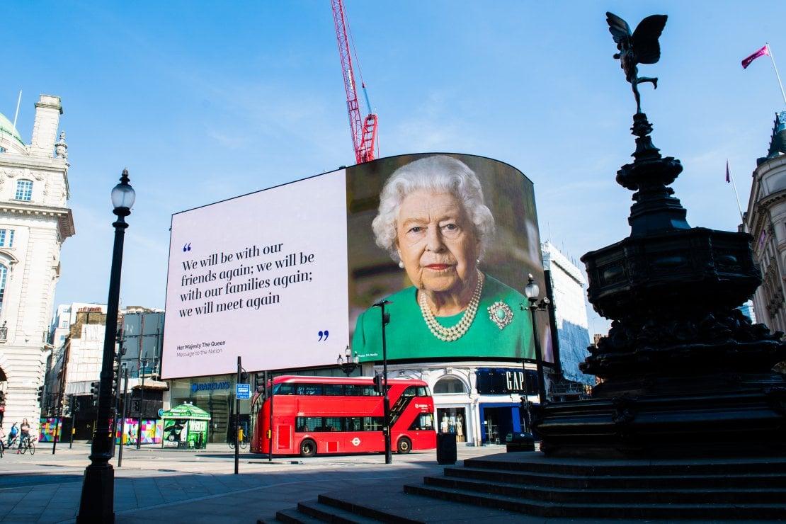 All'indomani del discorso alla nazione di Elisabetta II lo scorso 5 aprile, dedicato all'emergenza da Coronavirus, è stata registrata un'impennata del 52% nelle ricerche di indumenti verdi. Un chiaro effetto della mise scelta dalla sovrana per l'occasione