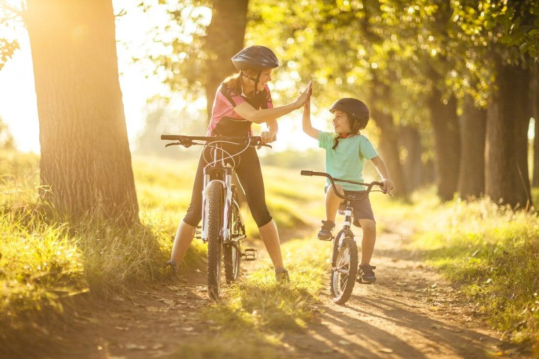 Genitori single, le vacanze estive sono in bicicletta: economiche e local
