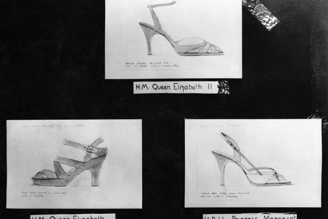 Le scarpe indossate da Elisabetta quel giorno, e sotto quelle destinate alla regina madre (sinistra) e alla principessa Margaret