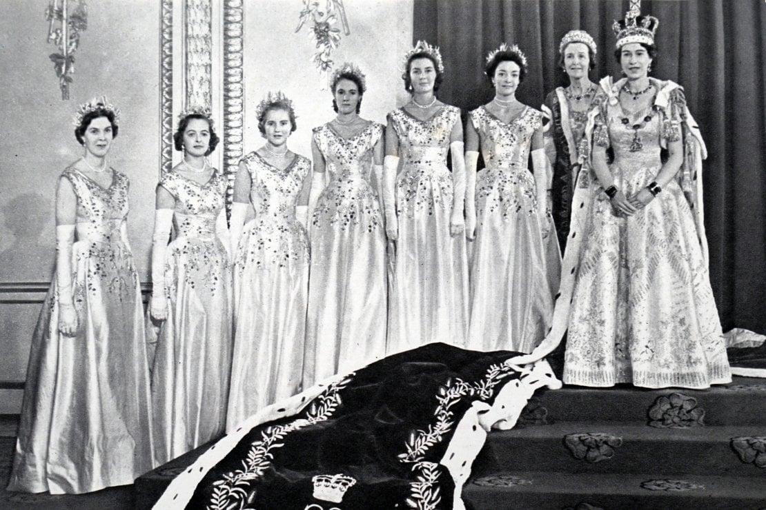 La regina in posa con le damigelle dell'incoronazione