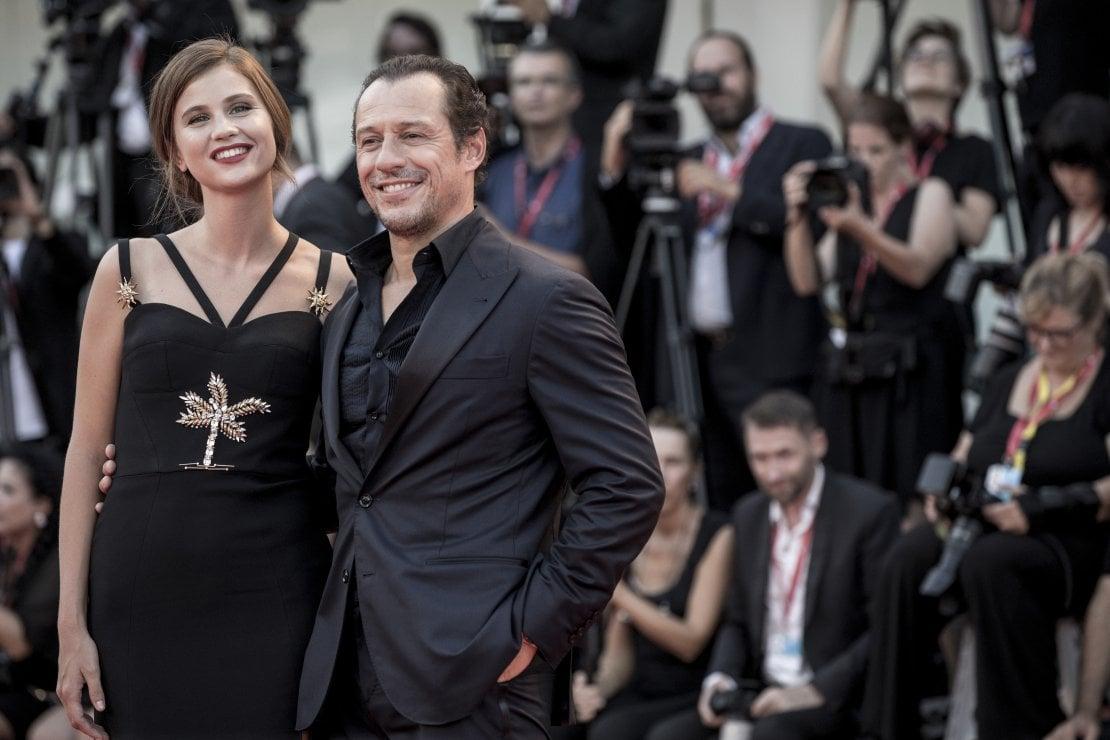 L'annuncio arriva su Instagram: Stefano Accorsi diventa papà per la quarta volta, Bianca Vitali è incinta