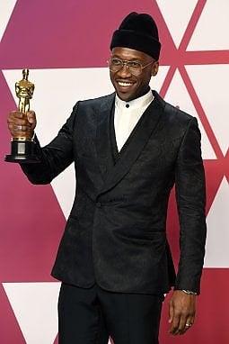 Mahershala Ali con l'Oscar vinto per Green Book nel 2019. Anche lui è ambassador di Zegna