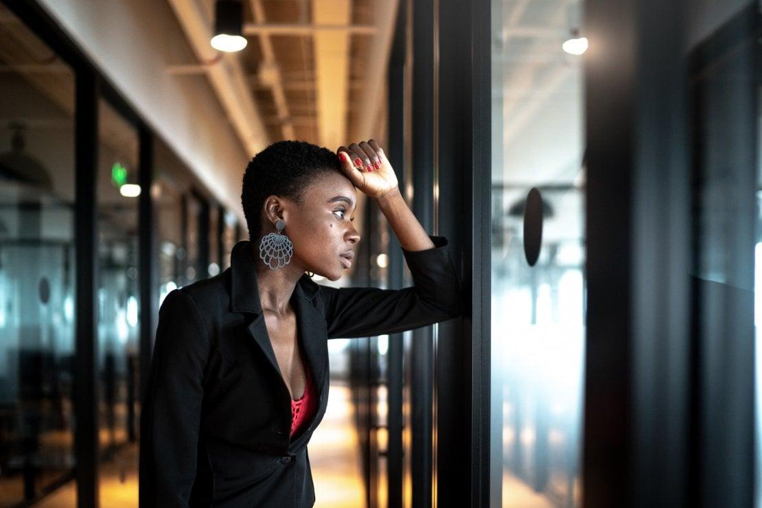 Svalutarsi sul lavoro: cos'è la Sindrome dell'impostore, come funziona e come si disinnesca