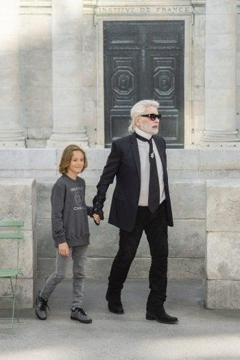 Karl Lagerfeld e il figlioccio Hudson Kroenig al termine della sfilata di alta moda autunno/inverno 2018 di Chanel