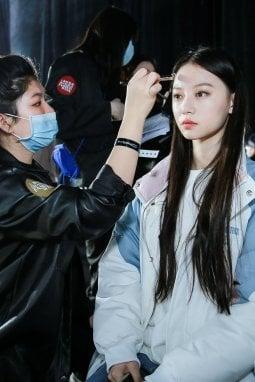 Un'immagine dal backstage della sfilata Pinko alla Shanghai Fashion Week